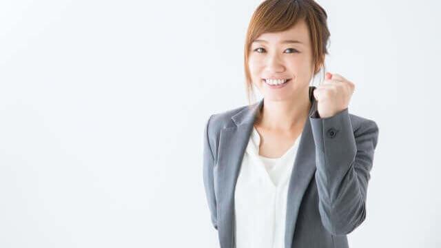 転職して笑顔でガッツポーズをする女性