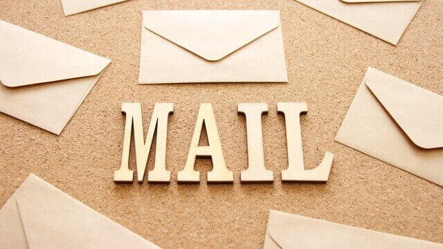 沢山の封筒とメールの文字