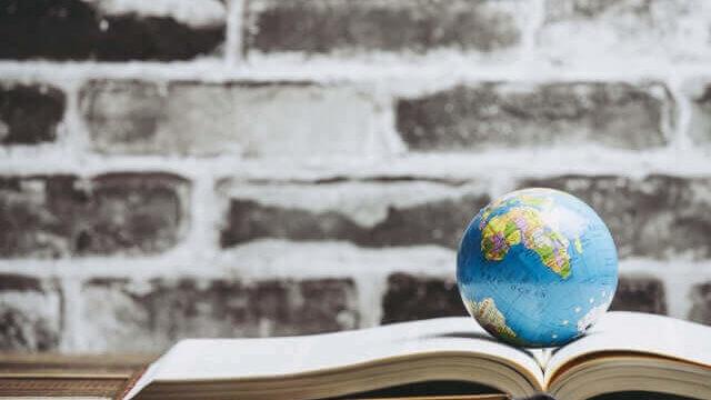 小さな地球儀が乗った辞書
