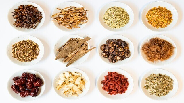 お皿に乗って並んだ漢方の原材料