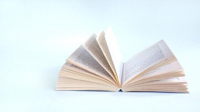 ページを開いて置いてある本