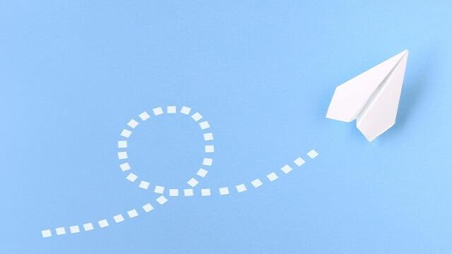上昇する紙飛行機