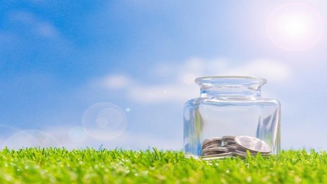 透明な瓶に小銭が入っている画像