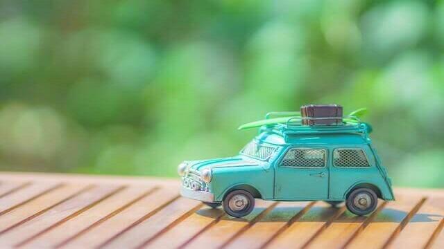 荷物を載せたおもちゃの車