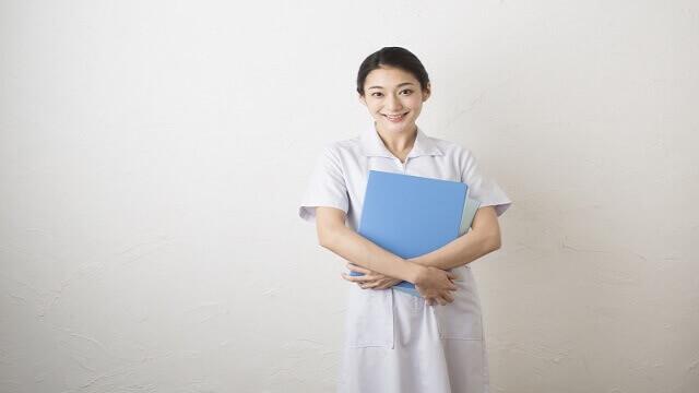 カルテを持った医療従事者の女性