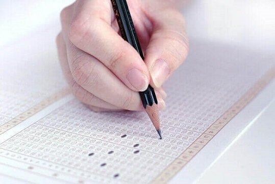 鉛筆で埋められている試験解答のマークシート