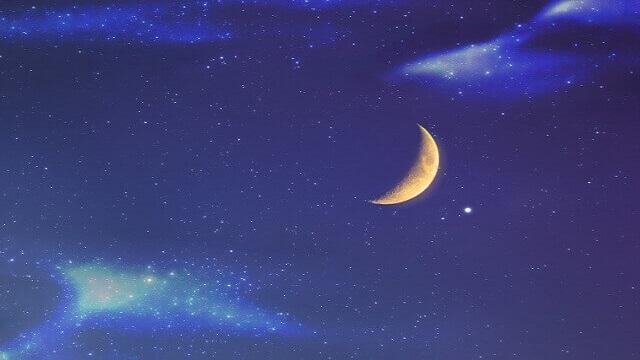 三日月が浮かぶ夜空の星空