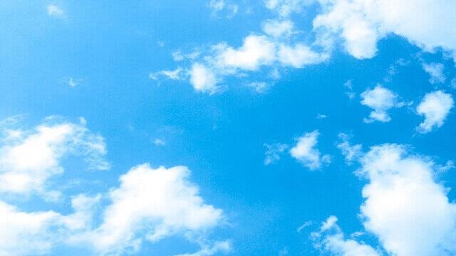 貼れた青空に浮かぶ白い雲