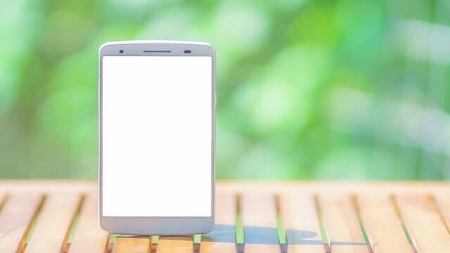 画面が光っているスマートフォン