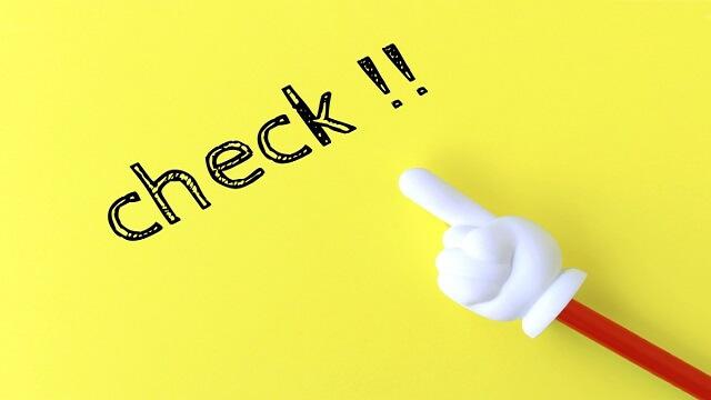 チェックの文字を指し示す指さし棒