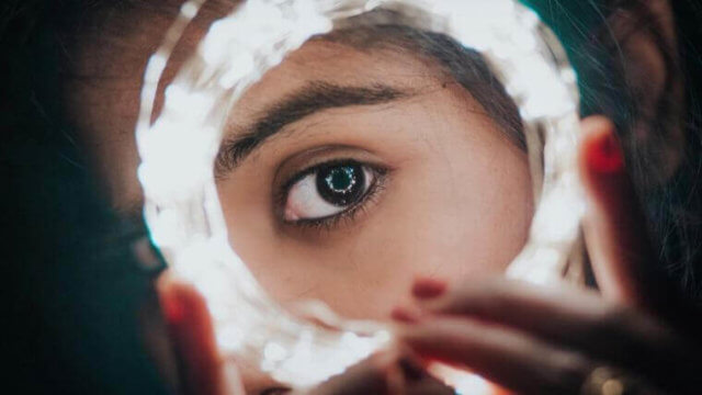 輪の中から見つめる女性の瞳