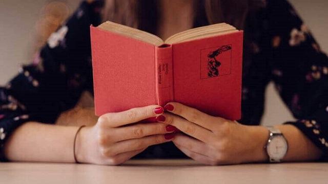 テキストを読んで独学で勉強する女性